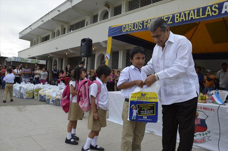 Alcalde Falquez entregó útiles escolares