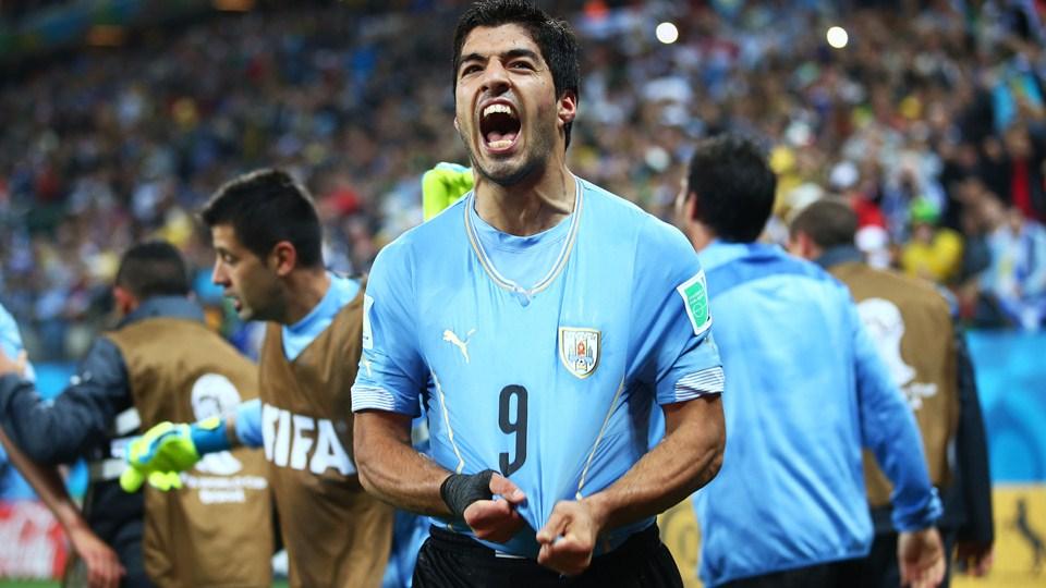 Luis Suarez de Uruguay celebra tras anotar el segundo gol de su equipo