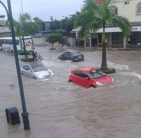 Fuerte lluvia con tormenta eléctrica inundó Machala